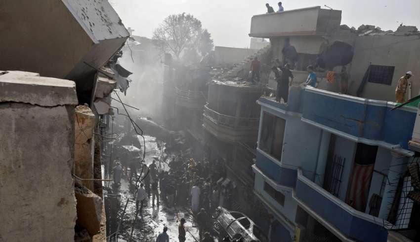 Avião cai em área residencial do Paquistão com mais de 100 pessoas ...